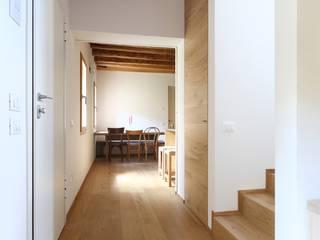 NVL Ingresso, Corridoio & Scale in stile minimalista di ALDENA Minimalista