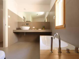 Casas de banho minimalistas por ALDENA Minimalista