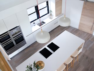 White Kitchen Modern kitchen by Designer Kitchen by Morgan Modern