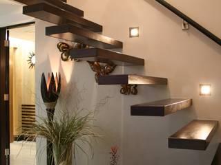 Pasillos, vestíbulos y escaleras tropicales de Design Spirits Tropical