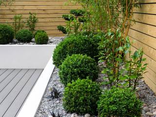 Small, low maintenance garden 根據 Yorkshire Gardens 簡約風 塑木複合材料