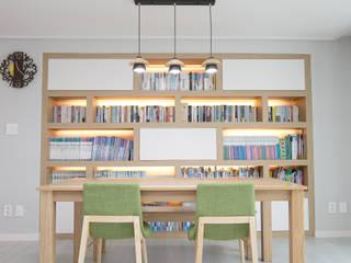Living room by 퍼스트애비뉴,