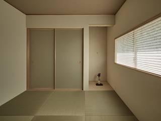 校舎がみえる家 モダンスタイルの寝室 の toki Architect design office モダン