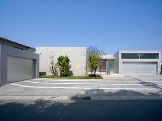 H COURT HOUSE モダンな 家 の Atelier Square モダン