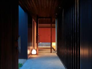 mochida house2: 髙岡建築研究室が手掛けた廊下 & 玄関です。,モダン