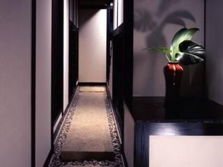mochida house: 髙岡建築研究室が手掛けた廊下 & 玄関です。,和風