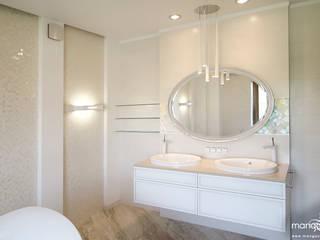 SALON KĄPIELOWY w bieli Klasyczna łazienka od MANGO STUDIO Klasyczny
