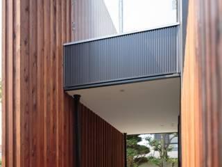 ibaraki house: 髙岡建築研究室が手掛けた廊下 & 玄関です。,モダン