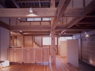 masaki house: 髙岡建築研究室が手掛けたリビングです。,和風