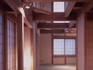 yamagoe house: 髙岡建築研究室が手掛けたリビングです。,和風