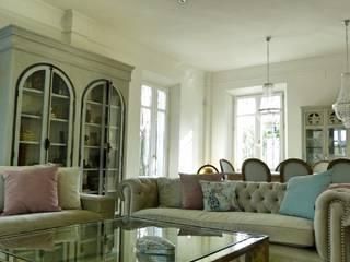Mobiliario salón estilo clásico:  de estilo  de Conely