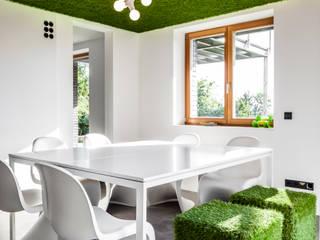 Paredes y pisos de estilo moderno de RK Next Architekten Moderno
