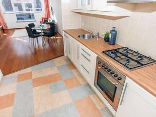 Tweedekans voor de oude vinyl vloer: moderne Keuken door Levenssfeer
