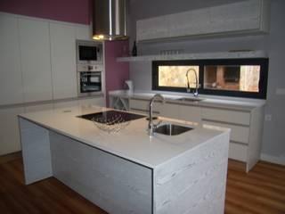 Cozinha com ilha por IRMÃOS LEÇA DE FREITAS, LDA Moderno