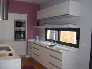Mobiliário de cozinha:   por IRMÃOS LEÇA DE FREITAS, LDA