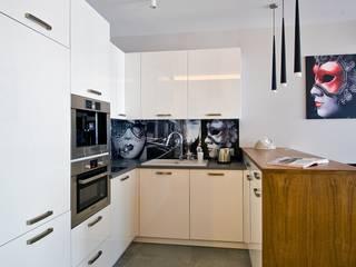 Apartament w Warszawie - widok na aneks kuchenny: styl , w kategorii Kuchnia zaprojektowany przez Agnieszka Marczyk Studio Projektowania Wnętrz
