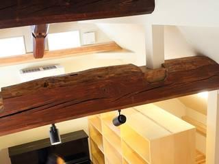「竜骨の家」古材の大梁: 円満字建築事務所が手掛けた和室です。