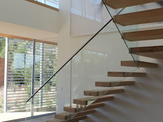 Floating Steps of Beauty in Long Island EeStairs | Stairs and balustrades Pasillos, vestíbulos y escaleras minimalistas Madera