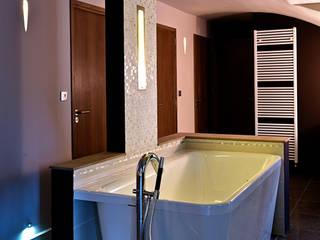 Mas moderne Salle de bain moderne par Jeux de Lumière Moderne