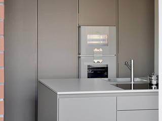 Monochromatyczna świadomość przestrzeni Minimalistyczna kuchnia od PULVA Minimalistyczny