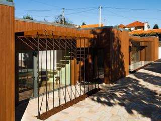 Residência de Investigadores do Centro de Estudos Mário Cláudio por Atelier 405 \ 405 architects Minimalista