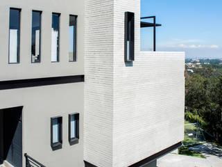 PROJECT WAS DELETED!: Casas de estilo moderno por Sobrado + Ugalde Arquitectos