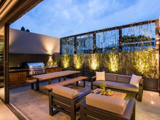 Sobrado + Ugalde Arquitectos Balcones y terrazas modernos