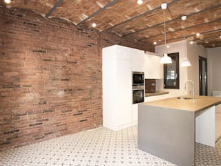 Grupo Inventia Cocinas de estilo moderno Ladrillos Marrón