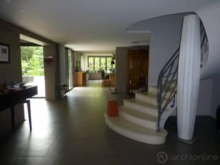 Réhabilitation moderne complète: Couloir et hall d'entrée de style  par Archionline