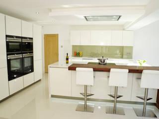 A fresh and summery design Nhà bếp phong cách hiện đại bởi PTC Kitchens Hiện đại