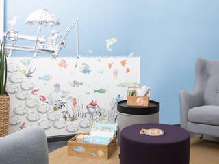 Bilderpaar-Spielwand mit Lese-, Mal- und Spielkisten sowie Möblierung:   von Büro Köthe