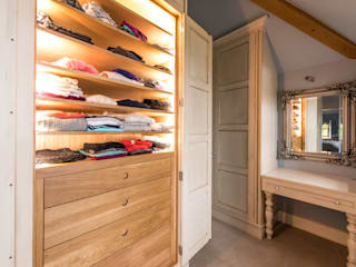 Bespoke hand Painted dressing room: classic Dressing room by Buscott Woodworking Ltd