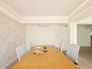 Sala de juntas: Estudios y oficinas de estilo  por All Arquitectura