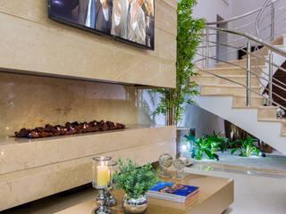 Modern style media rooms by Designer de Interiores e Paisagista Iara Kílaris Modern Marble