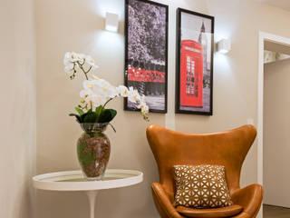 Designer de Interiores e Paisagista Iara Kílaris Modern Corridor, Hallway and Staircase Beige
