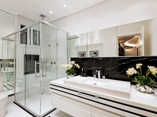 Modern style bathrooms by Designer de Interiores e Paisagista Iara Kílaris Modern Marble
