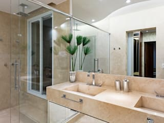 Ванная комната в стиле модерн от Designer de Interiores e Paisagista Iara Kílaris Модерн Мрамор
