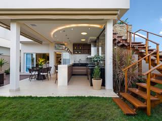 Балкон и терраса в стиле модерн от Designer de Interiores e Paisagista Iara Kílaris Модерн