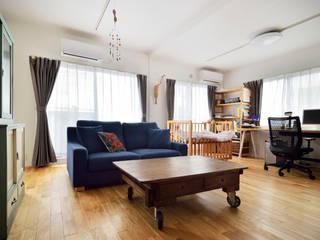 お気に入りの家具が映える、無垢材と白い壁のシンプルで心地よい住まい: 株式会社スタイル工房が手掛けたです。