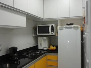 COZINHA PEQUENA EM COPACABANA: Cozinhas  por Maria Helena Torres Arquitetura e Design