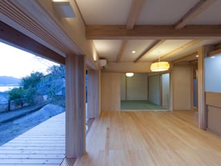 居間からの景色: エニシ建築設計事務所が手掛けたリビングです。