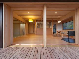 浦戸湾を望む家: エニシ建築設計事務所が手掛けたリビングです。