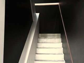 Intérieur contemporain d'un triplex à Caluire Couloir, entrée, escaliers minimalistes par sebastien belle Minimaliste