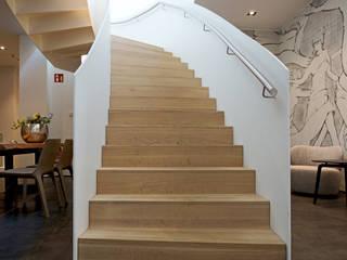 Gebogene Treppe mit geländerhoher Stahlwange und Massivholzstufen SAAGE Treppenbau & Biegetechnik GmbH & Co. KG Moderne Geschäftsräume & Stores