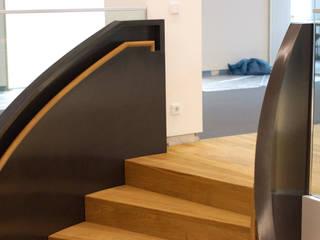 Wendeltreppe mit geländerhoher Stahlwange und Massivholzstufen SAAGE Treppenbau & Biegetechnik GmbH & Co. KG Moderne Geschäftsräume & Stores