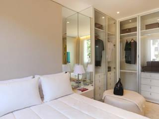 Closets de estilo minimalista por Chris Silveira & Arquitetos Associados