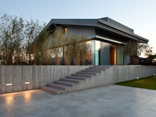 Renovation of a semi-detached house with new swimming pool and hypogeal spa Giardino moderno di MIDE architetti Moderno