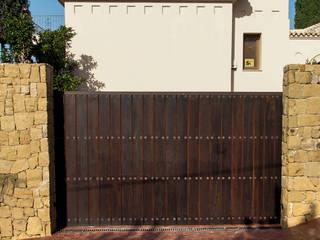 Portón de madera :  de estilo  de Conely