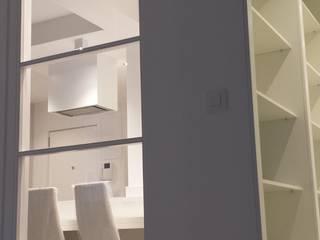 Reforma de apartamento de 48m2: Dormitorios de estilo  de X52 Interiorismo