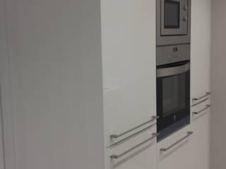 Reforma de apartamento de 48m2 Cocinas de estilo moderno de X52 Interiorismo Moderno